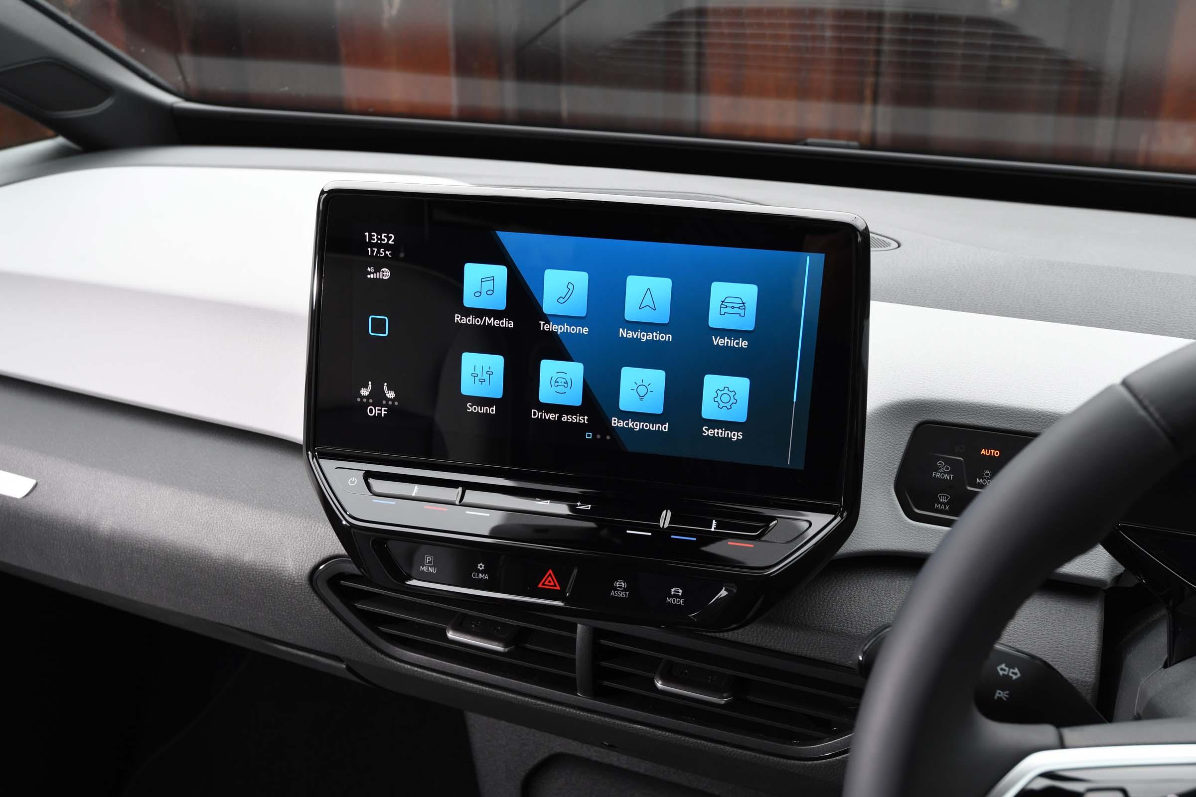 Volkswagen ID.3 vs Nissan Leaf: interior and infotainment ...