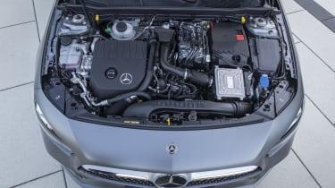 Mercedes-Benz A 250 e, designo mountaingrau magno, Leder schwarz/flamencorot // Mercedes-Benz A 250 e, designo mountain grey magno, Leather black/flamenco redKraftstoffverbrauch gewichtet 1,5