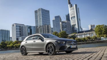 Mercedes-Benz A 250 e, designo mountaingrau magno, Leder schwarz/flamencorot // Mercedes-Benz A 250 e, designo mountain grey magno, Leather black/flamenco redKraftstoffverbrauch gewichtet 1,5