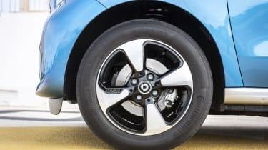 smart EQ forfour, steel blue, passion line, interior black fabric with blue topstitchingsmart EQ forfour, Stromverbrauch kombiniert, 4,6 kW-Bordlader, (kWh/100 km), 17,3-15,9; CO2-Emission k