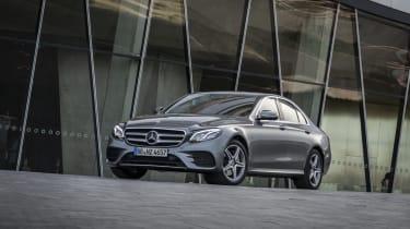 Mercedes-Benz E 300 e Limousine, Selenitgrau-Metallic,Leder Schwarz Anthrazit.;Kraftstoffverbrauch kombiniert: 2,0 l/100 km, CO2-Emissionen kombiniert: 45 g/km*; Stromverbrauch kombiniert: 14