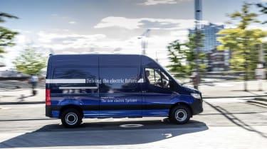 Lokal emissionsfreie Mobilität: Mercedes-Benz eSprinter fit für den urbanen Einsatz Local zero-emissions mobility: Mercedes Benz eSprinter fit for urban life