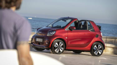 smart EQ fortwo cabrio, carmine red, prime line, interior black leather with grey topstitchingsmart EQ fortwo cabrio, Stromverbrauch kombiniert, 4,6 kW-Bordlader, (kWh/100 km), 16,8-15,4; CO2