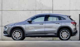 Mercedes-Benz GLA&CLA 250 e; Kraftstoffverbrauch kombiniert: 1,8-1,5 l/100 km, Stromverbrauch kombiniert: 16,1-15,1 kWh/100 km, CO2-Emissionen kombiniert: 42-35 g/km Mercedes-Benz GLA&CLA 250