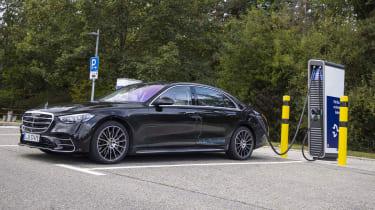 Mercedes-Benz S-Klasse Plug-in-Hybrid; Exterieur: Onyxschwarz, AMG Line; Interieur: Leder Exklusiv macciatobeige/magmagrau Mercedes-Benz S-Class Plug-in-Hybrid exterior: onyx black, AMG Line;